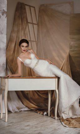 Соблазнительное свадебное платье с глубоким вырезом на спинке и лифом в форме сердца.