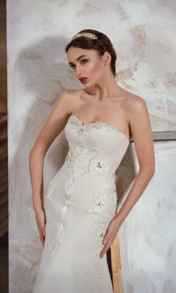 Романтичное свадебное платье «рыбка» из плотной ткани, декорированной вышивкой.