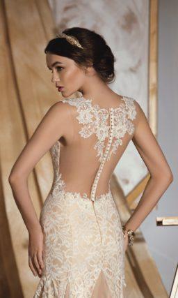 Бежевое свадебное платье облегающего кроя с полупрозрачной вставкой с кружевом на спинке.