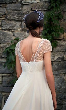 Ампирное свадебное платье с короткими кружевными рукавами и вышивкой под лифом.