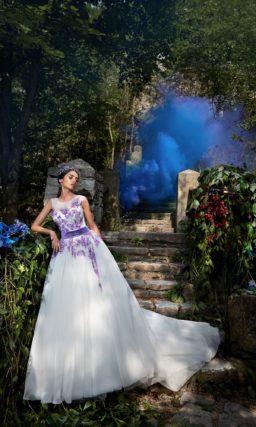 Пышное свадебное платье с оригинальной отделкой в виде голубой бисерной вышивки.