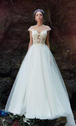 Изысканное свадебное платье с полупрозрачным кружевным верхом и юбкой «принцесса» со шлейфом.