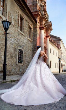 свадебное платье с открытым корсетом, покрытым плотным слоем серебристой вышивки.