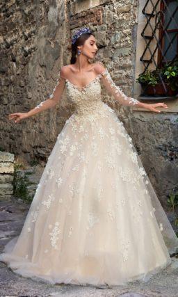 Восхитительное свадебное платье бежевого цвета с отделкой из небольших объемных бутонов.