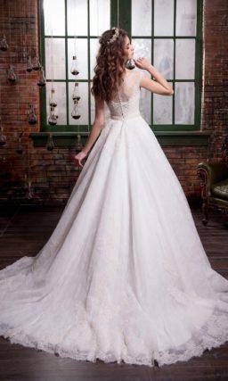Традиционное свадебное платье пышного кроя с округлым вырезом и нежной кружевной отделкой.