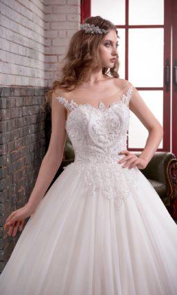 Пышное свадебное платье с кружевной отделкой открытого корсета и длинным шлейфом.