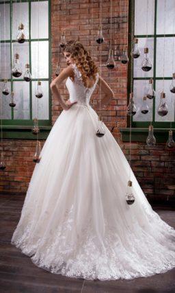 Романтичное свадебное платье с облегающим кружевным корсетом и многослойным подолом.