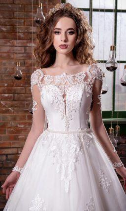 Стильное свадебное платье с пышной многослойной юбкой и фактурным кружевным декором.