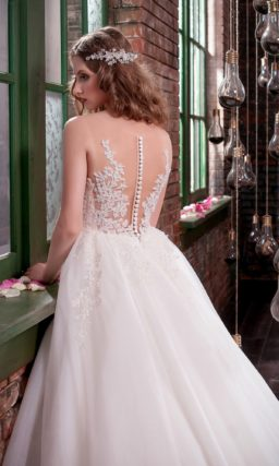 Стильное свадебное платье с пышной лаконичной юбкой и фактурным кружевным корсетом.