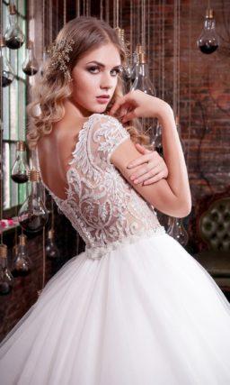 Пышное свадебное платье с бежевым корсетом, покрытым тонким белоснежным кружевом.