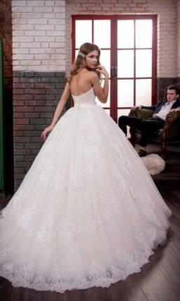 Открытое свадебное платье с очаровательной пышной юбкой и классическим лифом в форме сердца.