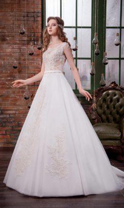Классическое свадебное платье «принцесса» с полупрозрачным верхом и романтичной отделкой.