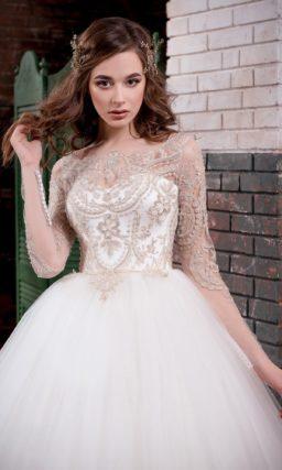 Пышное свадебное платье с нежной отделкой тонким кружевом легкого бежевого оттенка.