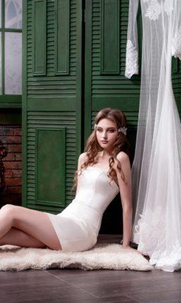 Атласное свадебное платье длиной до середины бедра с полупрозрачной длинной верхней юбкой.