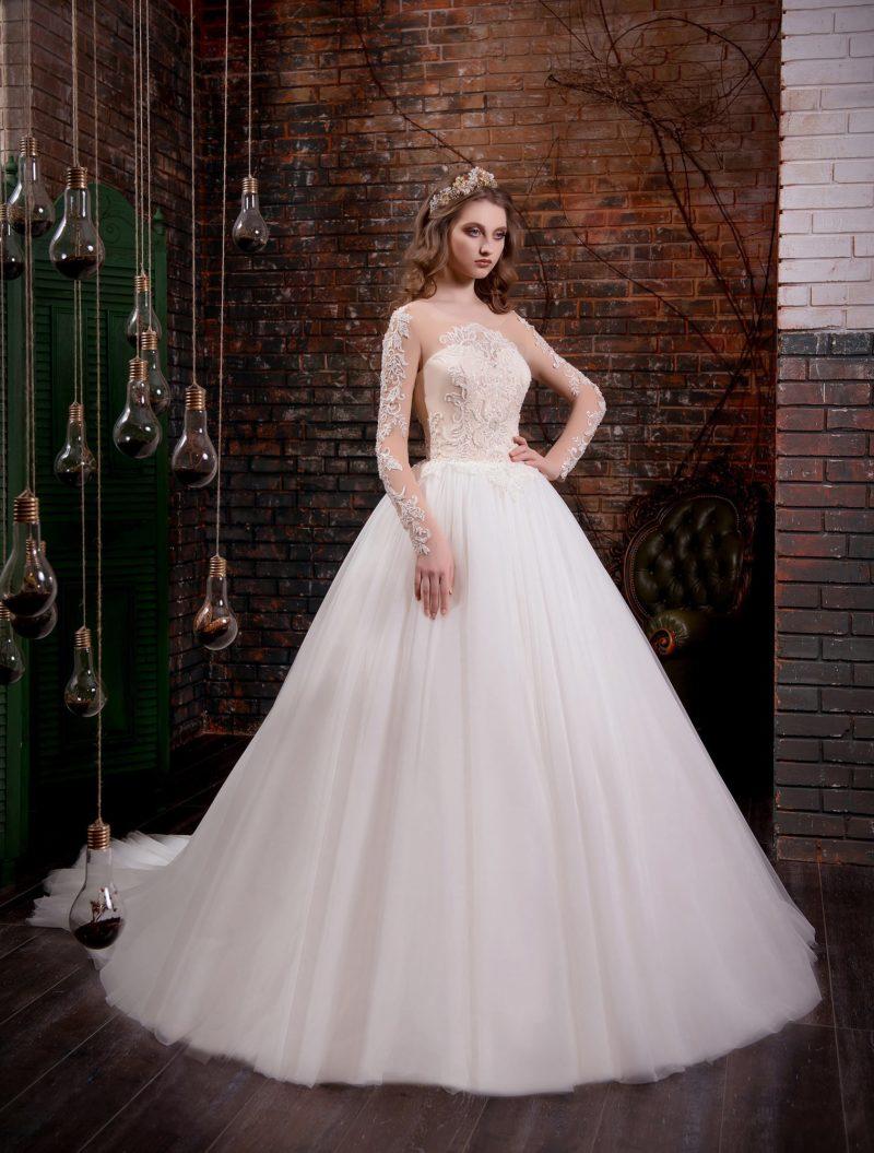 Оригинальное свадебное платье пышного кроя с бежевым корсетом и полупрозрачным рукавом.