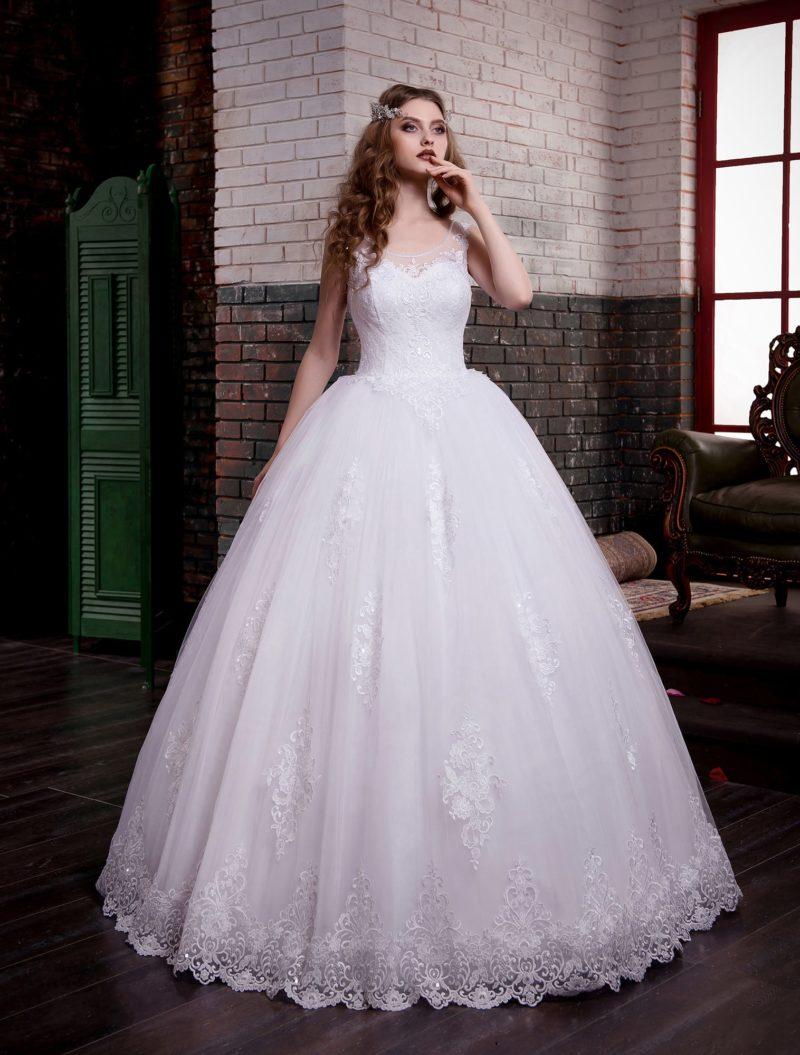 Роскошное свадебное платье с небольшим вырезом на спинке и кружевной отделкой.