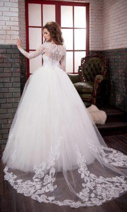 Торжественное свадебное платье с длинными кружевными рукавами и сияющим поясом.