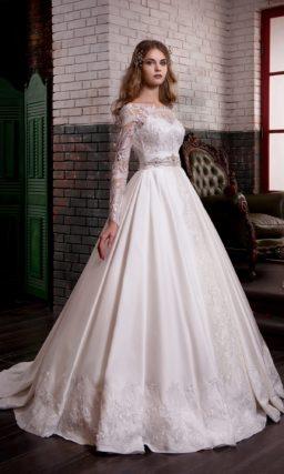 Роскошное свадебное платье с атласной юбкой, кружевным верхом и широким поясом.