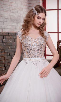 Очаровательное свадебное платье с многослойным низом и сияющей вышивкой на корсете.