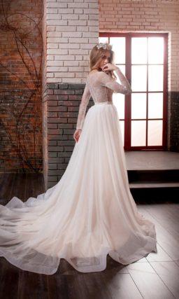 Бежевое свадебное платье облегающего кроя с верхом, оформленным плотным кружевом.