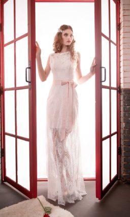 Оригинальное розовое свадебное платье с полупрозрачной юбкой и широким поясом из атласа.
