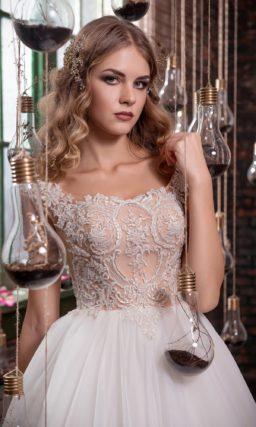 Пышное свадебное платье с глубоким декольте и кружевной отделкой бежевого корсета.
