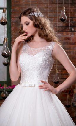 Деликатное свадебное платье пышного кроя с узким поясом и кружевным декором корсета.
