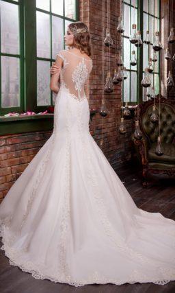 Свадебное платье «рыбка» с полупрозрачной вставкой над декольте и стильной юбкой.