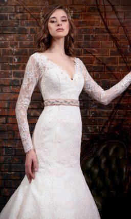Кружевное свадебное платье «русалка» с V-образным вырезом и длинными рукавами.