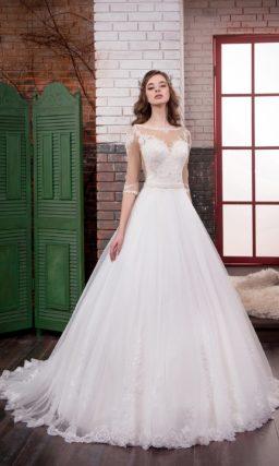 Впечатляющее свадебное платье пышного кроя с длинным полупрозрачным шлейфом сзади.
