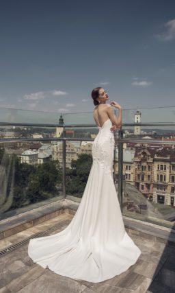 Изящное свадебное платье «русалка» с фактурными аппликациями и торжественным шлейфом.