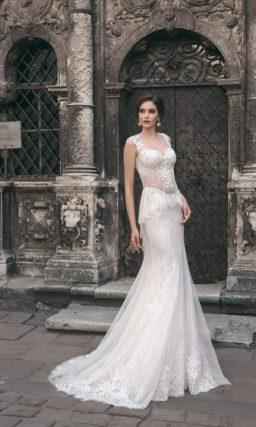 Свадебное платье «рыбка» с открытой спинкой и кружевными аппликациями по юбке.