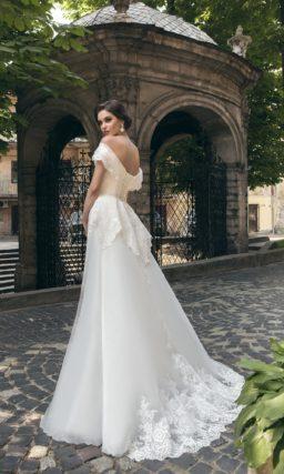 Свадебное платье с портретным декольте и отделкой кружевом и серебристым бисером.