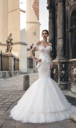 Свадебное платье «рыбка» с многоярусной роскошной юбкой и кружевным декором корсета.
