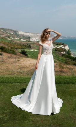 Великолепное свадебное платье с атласной юбкой «принцесса» и кружевным верхом с коротким рукавом.