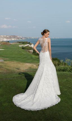 Фактурное свадебное платье «рыбка» с полупрозрачной вставкой над лифом, украшенной кружевом.
