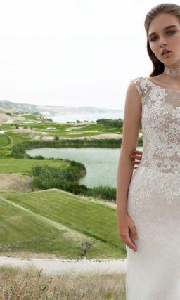 Прямое свадебное платье с полупрозрачной верхней юбкой и глубоким декольте на спинке.