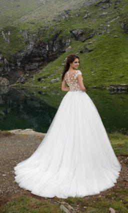 Обворожительное свадебное платье «принцесса» с кружевным верхом на бежевой подкладке.