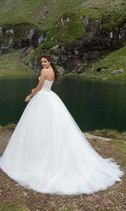 Торжественное свадебное платье пышного кроя с оригинальным асимметричным лифом.