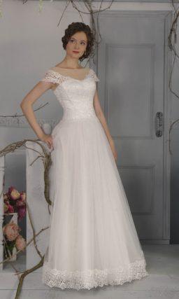 Женственное свадебное платье А-силуэта с широкими кружевными бретелями и тонкой вставкой над лифом.