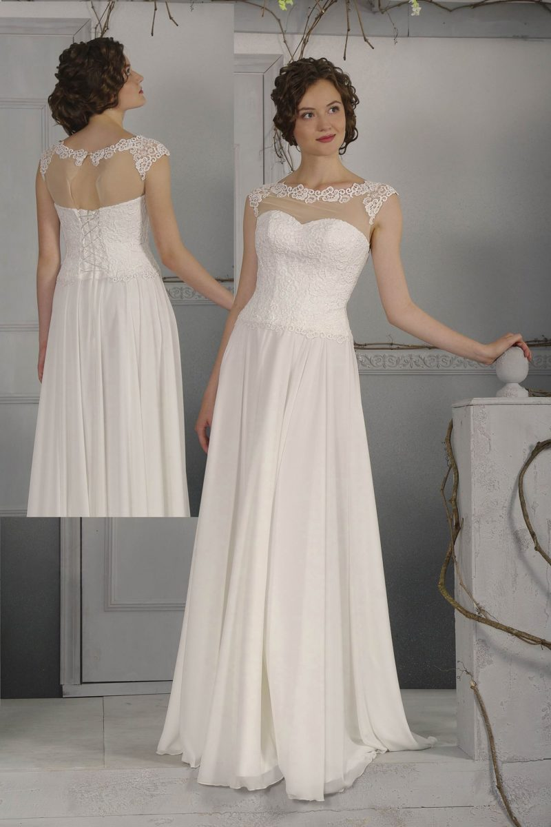 Изящное свадебное платье прямого кроя с тонкой вставкой над лифом, украшенной кружевом.