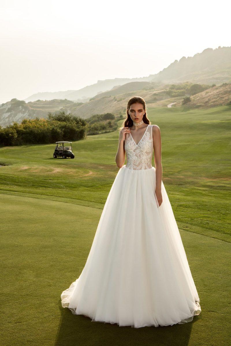 Деликатное свадебное платье «принцесса» с V-образным вырезом изящного кружевного верха.