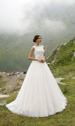 Классическое свадебное платье А-кроя с элегантным закрытым верхом, покрытым кружевом.