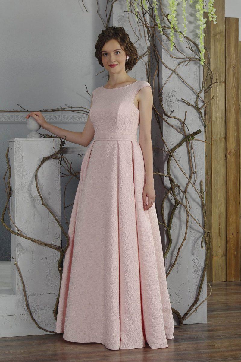 Закрытое свадебное платье пудрово-розового цвета с элегантным вырезом и широкими бретелями.