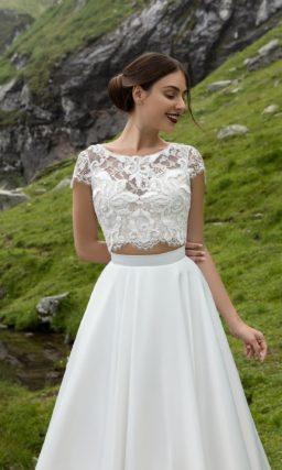 Оригинальное свадебное платье с кружевным укороченным топом и изящной юбкой со шлейфом.