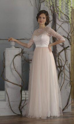 Изысканное свадебное платье в ампирном стиле с кружевной отделкой верха с округлым вырезом.