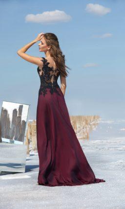 Бордовое вечернее платье с драматичным разрезом и черным кружевом по верху.