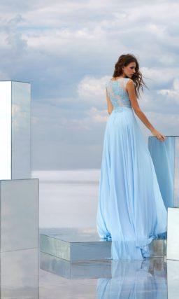 Голубое вечернее платье с кружевным полупрозрачным верхом и чувственной юбкой.