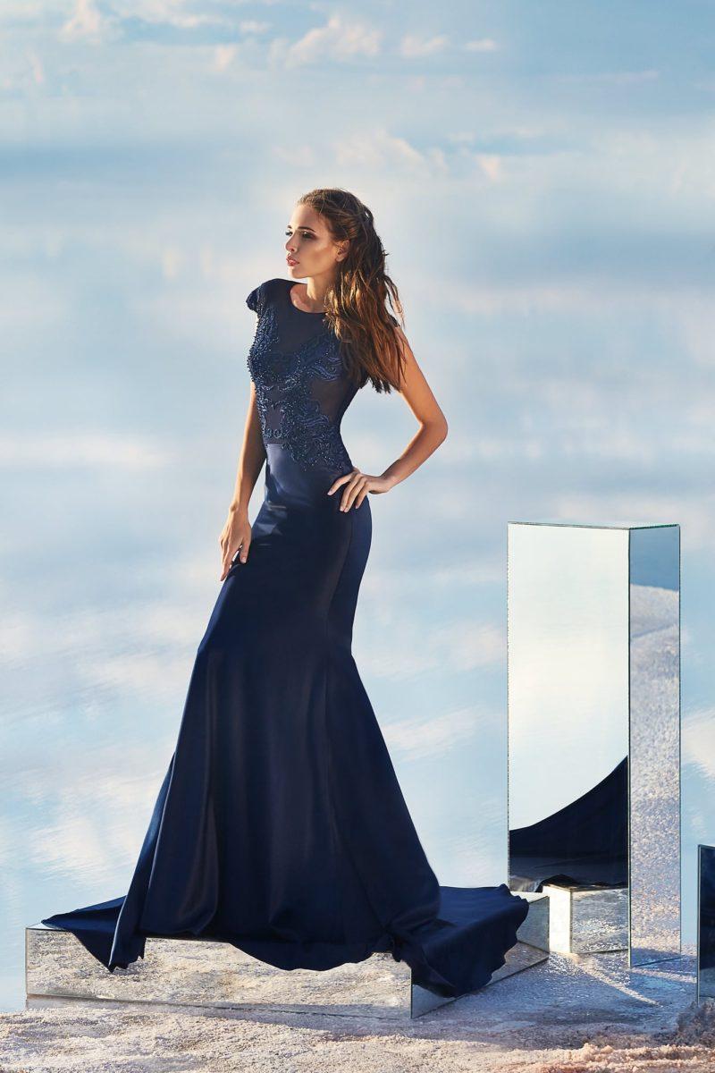 Темно-синее вечернее платье прямого кроя с эффектной вышивкой по верху.