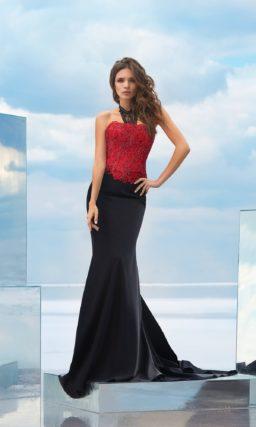 Вечернее платье с черной юбкой и открытым красным корсетом.